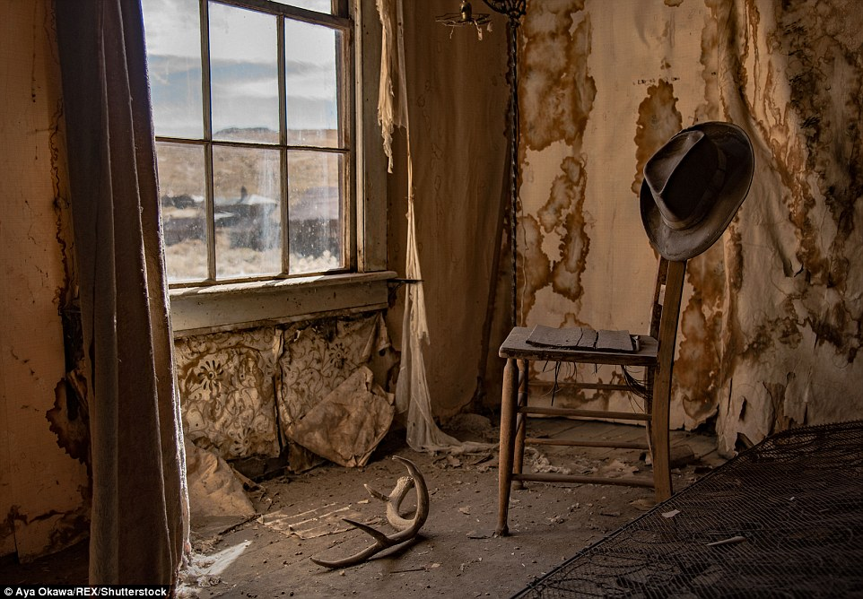 Non tutto il paese sono sopravvissuti, ma 110 o giù di lì strutture ancora in piedi - tra cui uno dei numerosi mulini, una volta d'oro che la città è stata costruita intorno.  Durante la fine del 1800 Bodie ha cresciuto, ma cadde in un declino come gli uomini sono stati attirati via promettendo boom minerario a Butte, Montana;  Tombstone, Arizona;  e in Utah