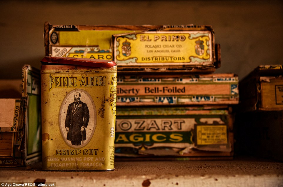 WS Bodey fu tra coloro che hanno affollato le colline di Bodie, nella speranza di renderlo ricco.  Qui scatole di tabacco sono stati lasciati alle spalle in un negozio dopo che gli uomini sono stati attirati via dal boom d'oro altrove