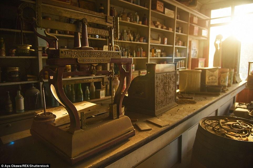 Scale sono stati lasciati alle spalle in un vecchio negozio di Bodie, dove un insediamento occupato germogliare dopo cercatori d'oro ha colpito nel 1859. Nel 1940 la popolazione era ridotta a solo tre, con custodi assunti per occuparsi edifici della città.