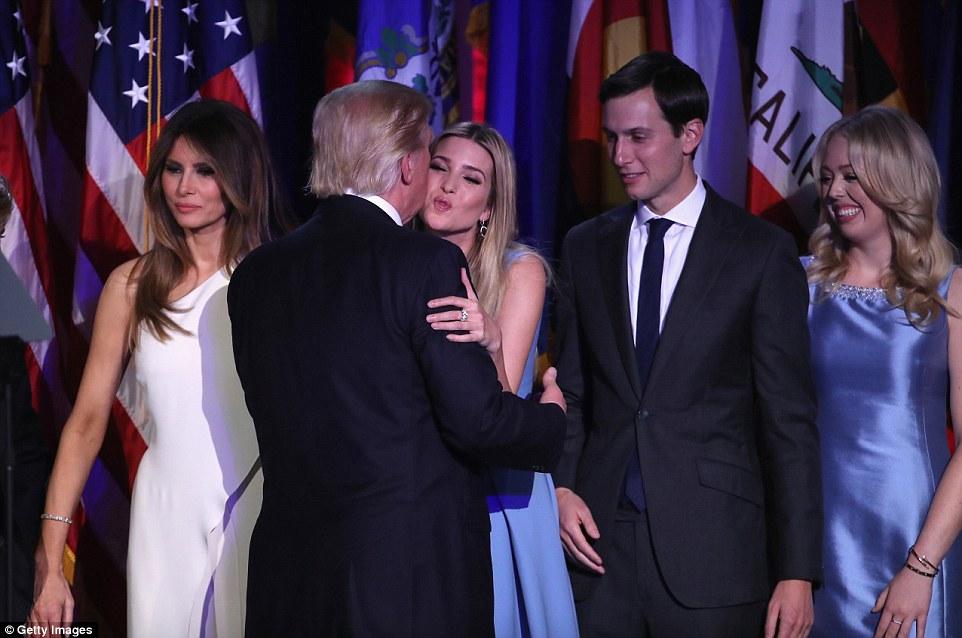 Selado com um beijo: Donald Trump foi calorosamente felicitado por suas filhas Ivanka e Tiffany e marido de Ivanka Jared Kushner