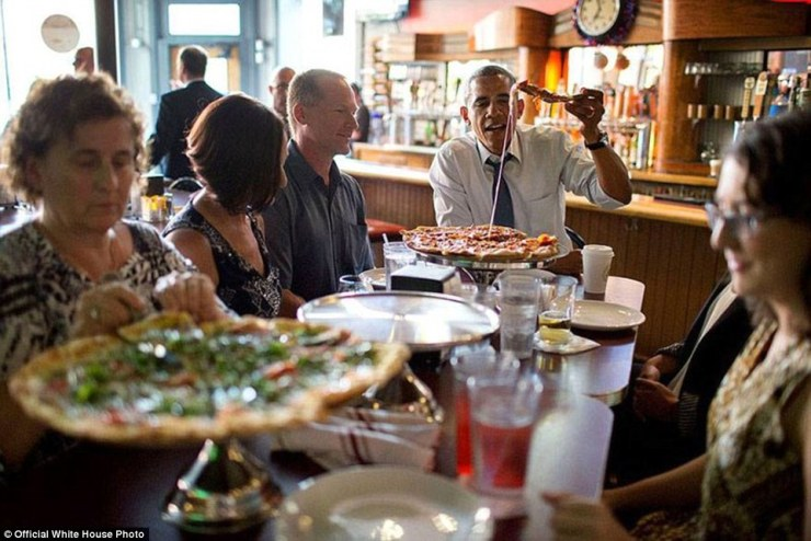 Le président Barack Obama partage un dîner de pizza avec des personnes qui ont écrit des lettres à lui, à la Wazee Supper Club à Denver, Coloorado 8 Juillet 2014