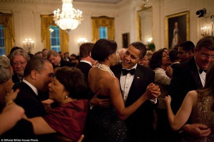 Février 2009. Barack Obama et la danse Michelle Obama alors que le groupe Earth, Wind and Fire effectue au bal des gouverneurs