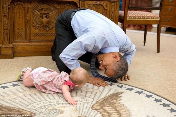 4 juin 2015. «Sur l'insistance du président, conseiller de sécurité nationale adjoint Ben Rhodes a sa fille Ella pour une visite. Comme elle se traînait autour du bureau ovale, le président est descendu sur les mains et les genoux pour la regarder dans les yeux '