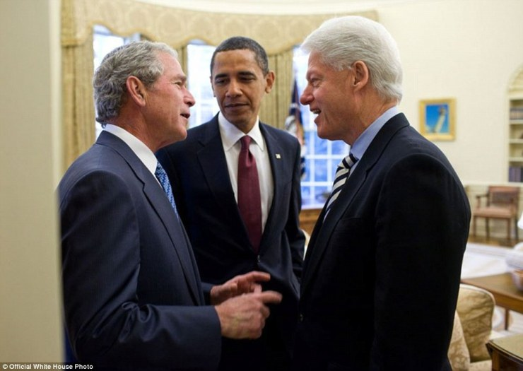 """16 janvier 2010. «Le président Obama a appelé les deux anciens présidents pour aider. Au cours de leurs remarques publiques dans le Rose Garden, le président Clinton avait dit au sujet du président Bush, """"je l'ai déjà compris comment je peux l'amener à faire des choses qu'il n'a pas signé pour."""" Plus tard, de retour dans l'ovale, le président Bush est en plaisantant demandé le président Clinton quelles étaient ces choses qu'il avait à l'esprit »"""