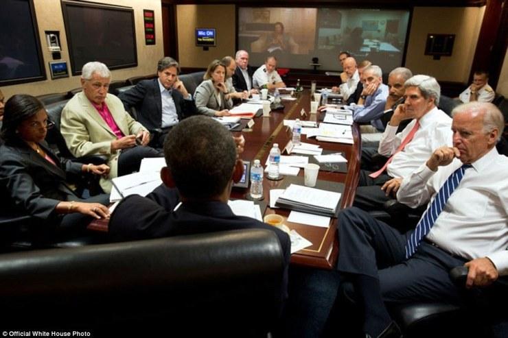 Le président américain Barack Obama (au centre) se réunit dans la salle de la situation avec ses conseillers de sécurité nationale pour discuter de la stratégie en Syrie de la Maison Blanche 31 Août 2013, à Washington, DC