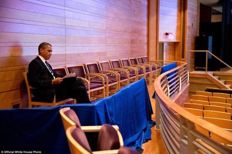 Le président américain Barack Obama travaille sur son discours Newtown au Centre de Musique à Strathmore auditorium le 16 Décembre 2012 à Bethesda, Maryland. Obama a ensuite visité Newtown, Connecticut pour parler à une veillée interconfessionnel pour les victimes de tir de Sandy Hook Elementary School