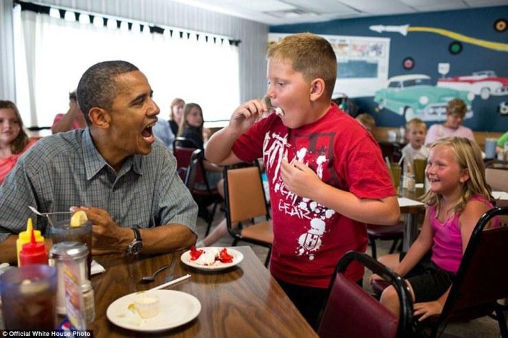 Le président Barack Obama partage sa tarte aux fraises avec un garçon au cours d'une pause déjeuner au restaurant Kozy Corners à Oak Harbor, Ohio, le 5 Juillet, 2012