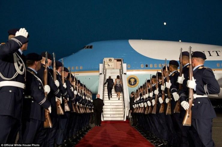 États-Unis le président Barack Obama et le conseil Michelle Air Force One au clair de lune à la fin de leur visite en Allemagne, le 19 Juin 2013