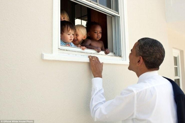 9 juin 2011. Bethesda, Maryland Obama accueille les enfants dans un établissement de soins de jour à côté de l'école fille son Sasha. Obama a assisté suit la quatrième cérémonie de clôture de qualité de Sasha