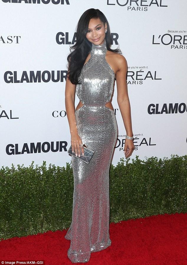 Raposa Prateada!  Chanel Iman se assemelhava a uma esfera do disco reluzente em seu vestido de halter sequinned-prata na Mulheres do encanto de segunda-feira das concessões do ano