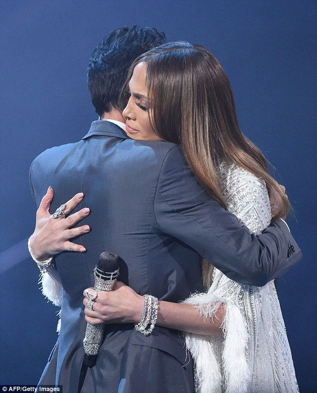 She performed a duet with ex-husband Marc Anthony and at the end the two shared a kiss and a warm hug