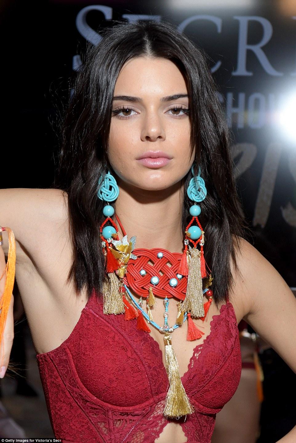 Ela tem que ir em: olhar azul e vermelho da Kendall foi particularmente impressionante como ela posou bastidores