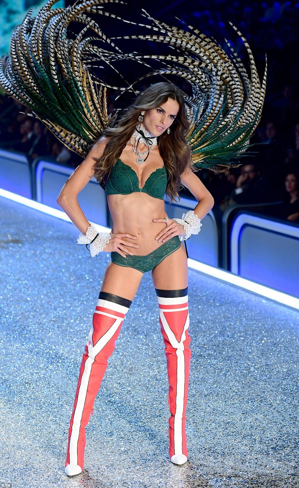 Todos os novos: Ela mudou para um novo conjunto de lingerie em uma cor semelhante e entrou muito atrevido bootse declaração vermelho