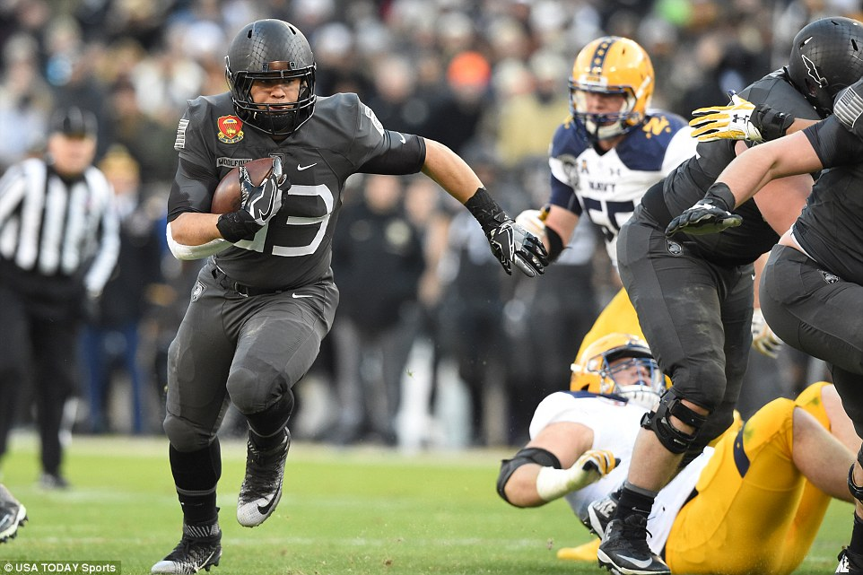 Army Black Knights running back Darnell Woolfolk (33) runs with the ball the first quarter