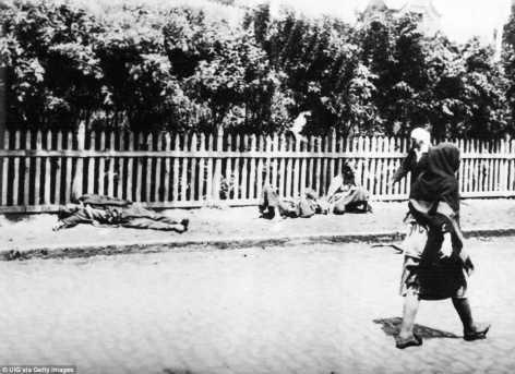 Las mujeres caminan más allá de las personas que mueren de hambre durante el Holodomor, la hambruna artificial en Ucrania soviética en 1932 y 1933