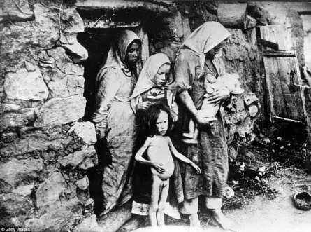 Esta foto tomada en 1921 muestra a una familia afectada por el hambre en la región del Volga, Rusia, durante la Guerra Civil Rusa