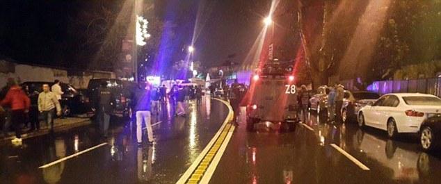 Il ya une énorme présence policière devant la boîte de nuit Reina à Istanbul après les hommes armés ont ouvert le feu