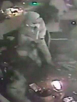 CCTV qui est censé être de l'intérieur du club montre un homme armé qui semble porter une tenue de Père Noël