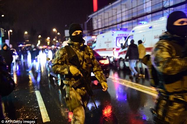 Police armée sur les lieux de l'atrocité. On estime que 17 000 policiers étaient en service pendant les célébrations de la Saint-Sylvestre