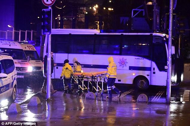 Des policiers de la force spéciale turque et des ambulances sur le site de l'attaque armée à 1h15 le jour du Nouvel An à Istanbul