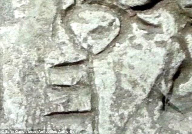 Junto a los grabados era una llave tallada en la roca (en la foto), y varios más símbolos que aún no se han identificado. Los excursionistas topamos con los símbolos desgastados por el tiempo, mientras que la exploración de pasajes subterráneos en el sur de Israel