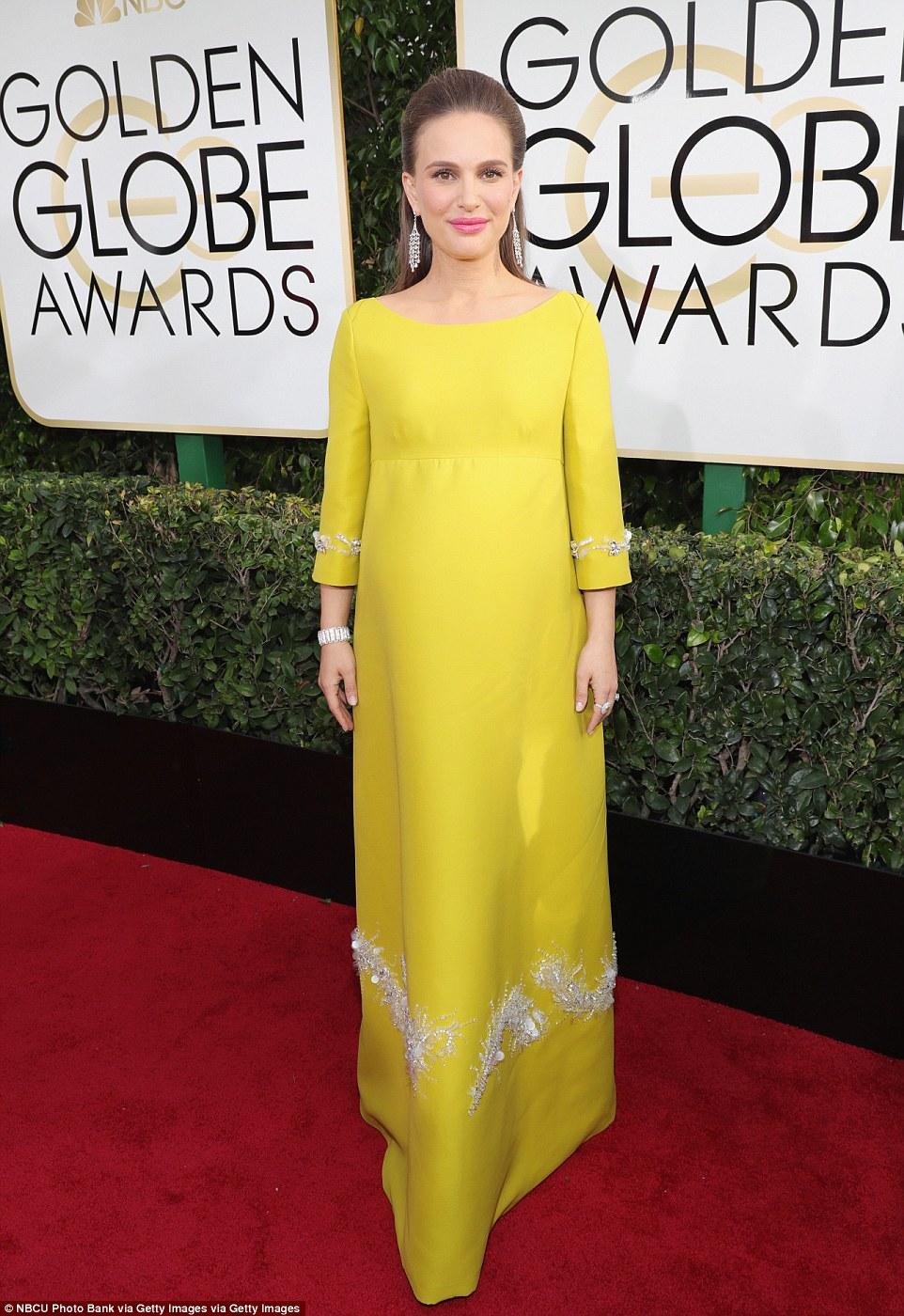 Oh bebê!  Natalie Portman cobriu sua colisão em amarelo mostarda com apenas uma seção de bom gosto de embelezamento na saia