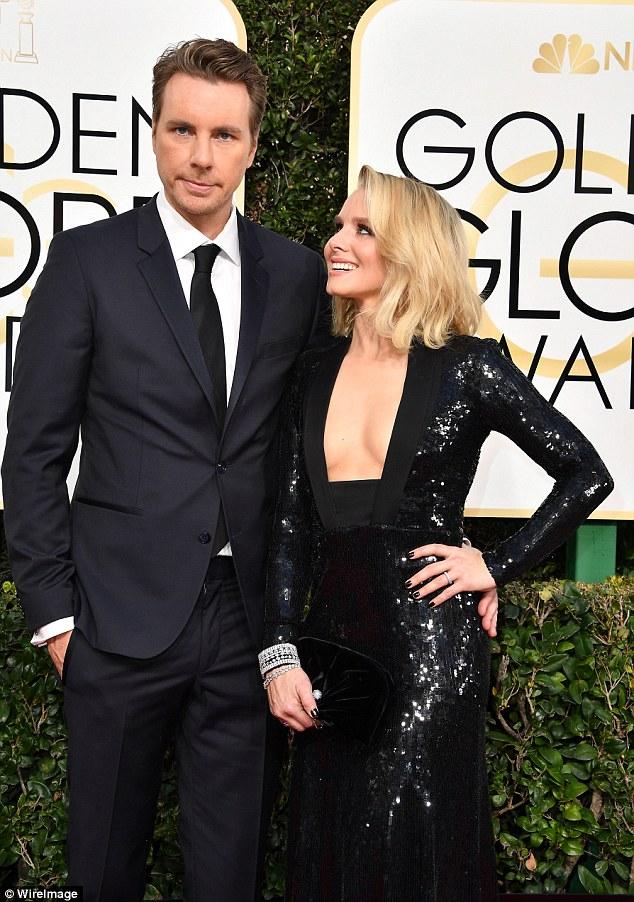 Olhos no prêmio: Kristen olhou adoradoramente para seu homem no tapete vermelho