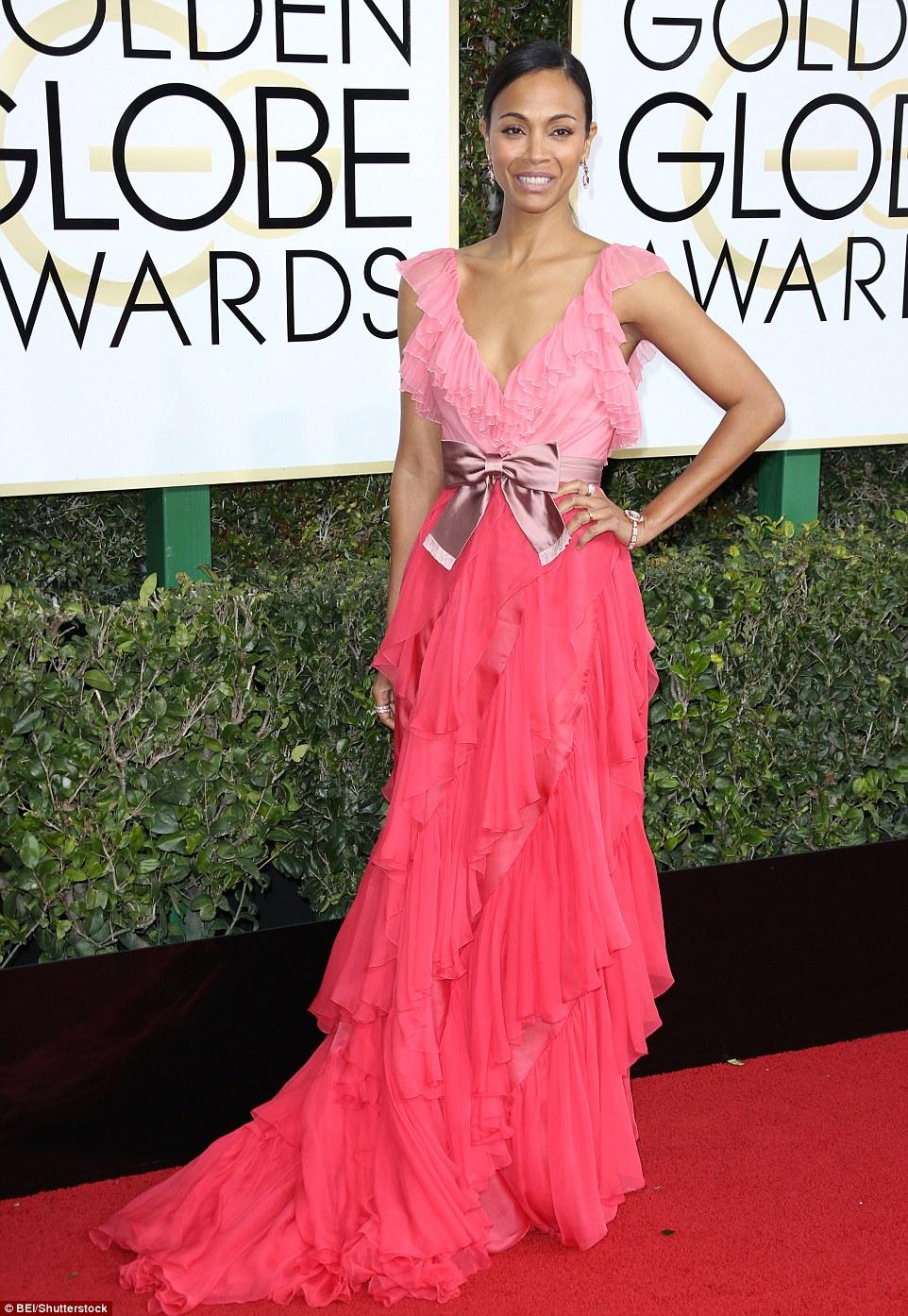 Mais tons de rosa: Zoe Saldana também comete o pecado de tonalidades de choque de rosa sobre o tapete vermelho em cima de babados de correspondência com ainda mais babados