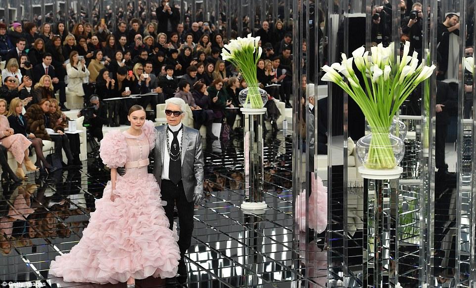 Mirrorball: A pista extravagante montada incluiu uma bela espelhada passarela e estruturas de vidro