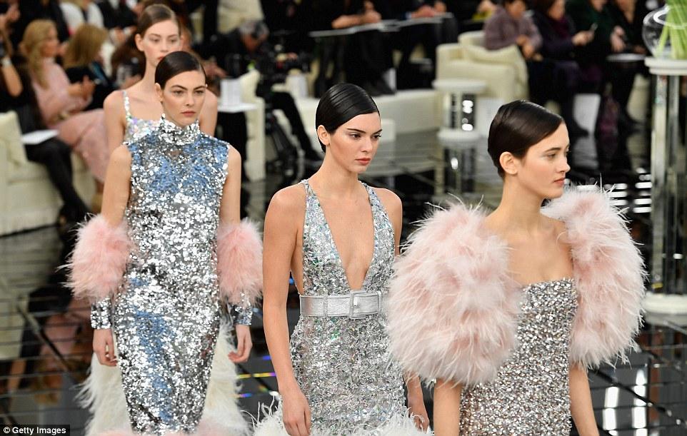 Toque de brilho: Modelos lindamente vestidos lindos, sequin embellished com detalhes dramáticos emplumados