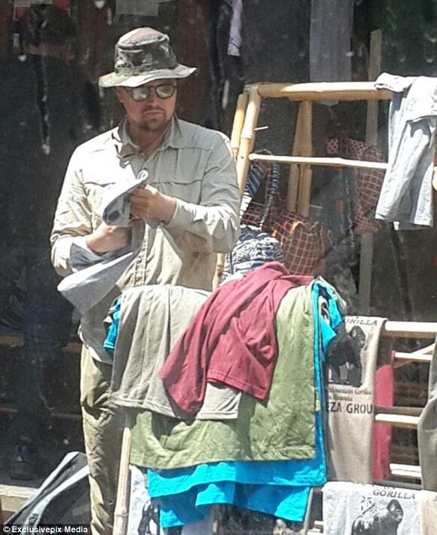 Leonardo Dicaprio yagaragaye agura umwambaro mu isoko rya hano mu Rwanda