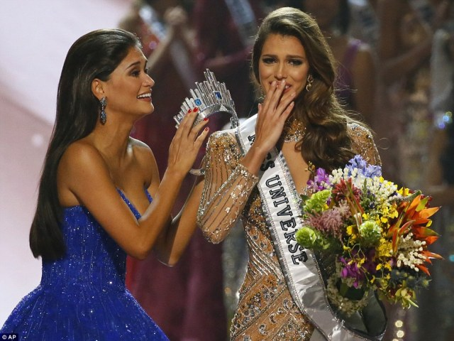 Miss Universe 2015 Pia Wurtzbach (left) prepared to crown Mittenaere  shortly after her victory was announced