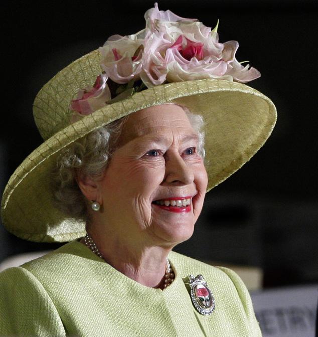 ARQUIVO - Nesta foto de arquivo de 8 de maio de 2007, a Rainha Elizabeth II da Grã-Bretanha sorri enquanto é recebida por astronautas a bordo da Estação Espacial Internacional, via vídeo ...