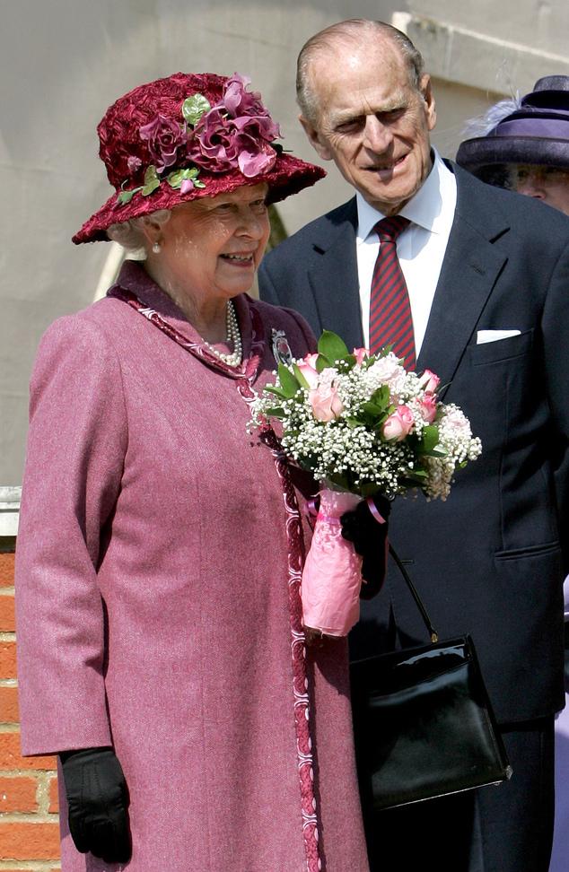 ARQUIVO - Nesta foto de arquivo de 8 de abril de 2007, a Rainha Elizabeth II e o Príncipe Philip deixam a Capela de São Jorge no Castelo de Windsor, na Inglaterra, depois de Mattins ...