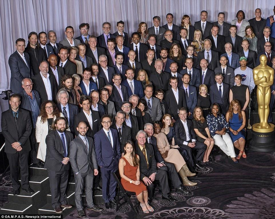 Sentada na primeira fila do lado esquerdo da grande estátua dourada do Oscar, estavam Emma Stone, cinco cadeiras, que estava ao lado de Matt Damon, Natalie Portman e Octavia Spencer