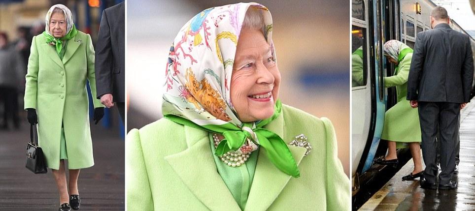A rainha olha alegre enquanto retorna a Londres