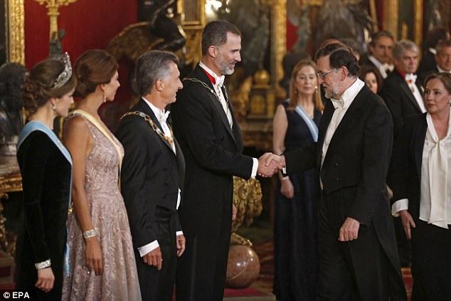 Rei espanhol Felipe VI aperta mão do primeiro-ministro espanhol Mariano Rajoy