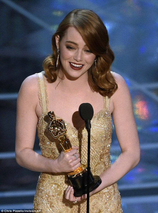 Tearful Emma Stone accepts Best Actress win at Oscars 2017 ...