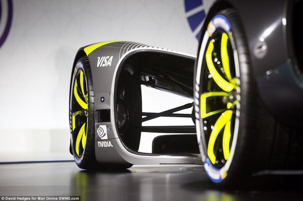 World's first DRIVERLESS race car Roborace hits the track ...