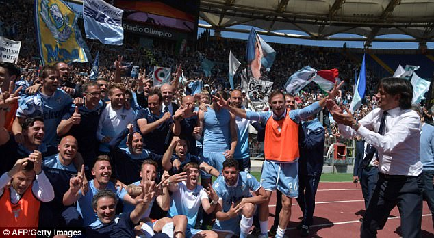 Lazio coach Simone Inzaghi (R) celebrated with his team on the pitch at the full-time whistle