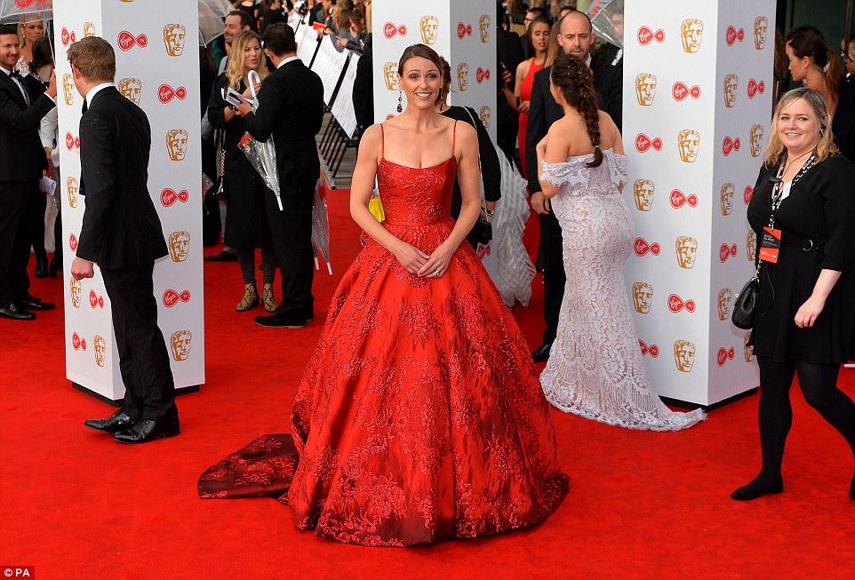 Belle da esfera: Suranne Jones conquistou o tapete vermelho em um ballgown vermelho bonito com bordado understated