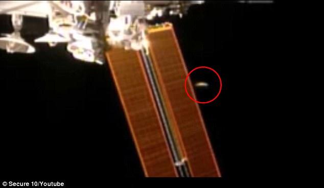 Un misterioso 'volador en forma de disco con forma de OVNI' ha sido capturado en una transmisión en vivo tomado de la Estación Espacial Internacional, teóricos de la conspiración afirman. El metraje espeluznante parece mostrar el cursor del disco por uno de los grandes paneles solares de la ISS antes de disparar rápidamente fuera