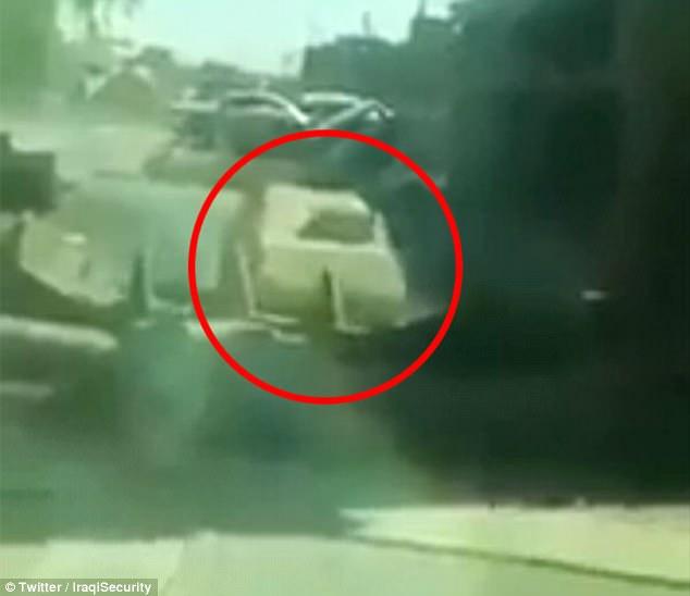 dramáticas imágenes pretende mostrar un soldado iraquí embestir deliberadamente una excavadora en un coche bomba ISIS