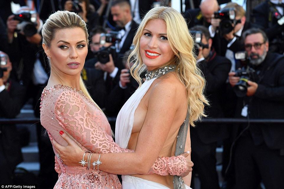 Vamos fazer isso: as garotas rezavam glamour enquanto posavam no famoso Palais des Festivals ao lado das inúmeras estrelas do cinema - que estavam se preparando para o seu tempo no 70 Festival de Cinema de Cannes