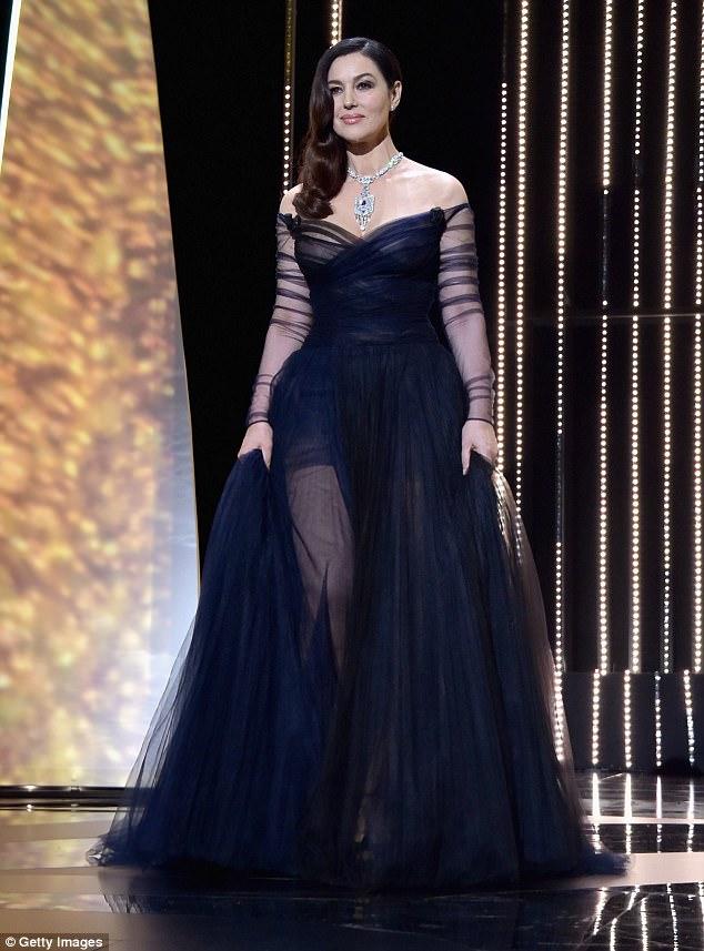Uma visão em preto: Monica Bellucci que trabalhou seus encantos irresistíveis enquanto cumprindo um papel de prestígio como mestre de cerimônias na 70a cerimônia de abertura anual do Festival de Cinema de Cannes na noite de quarta-feira