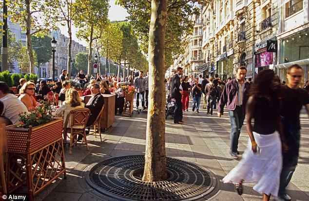 El distrito con problemas de Chapelle-Pajol, en el este de la capital francesa, se dice que ha vuelto cada vez más peligroso para las mujeres (foto de archivo de los Campos Elíseos de París)