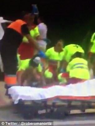 Impactantes imágenes de los medios sociales muestran los médicos tratando desesperadamente de ayudar a la gente en la escena