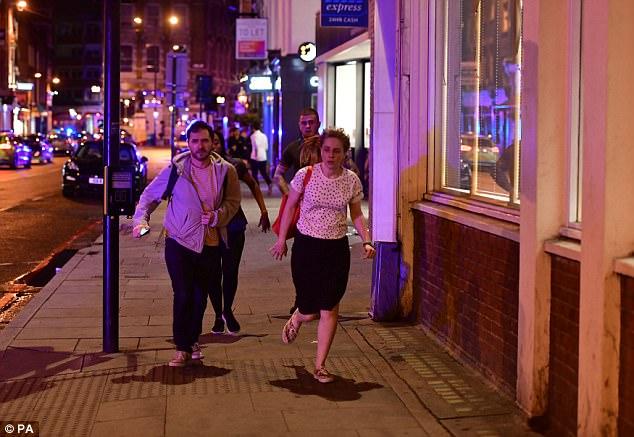 transeúntes horrorizados corrieron por Borough High Street, mientras la policía les gritaban para funcionar