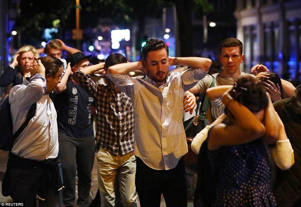 Juerguistas en el concurrido club nocturno fueron fotografiados con sus manos detrás de la cabeza, ya que fueron evacuados de la escena