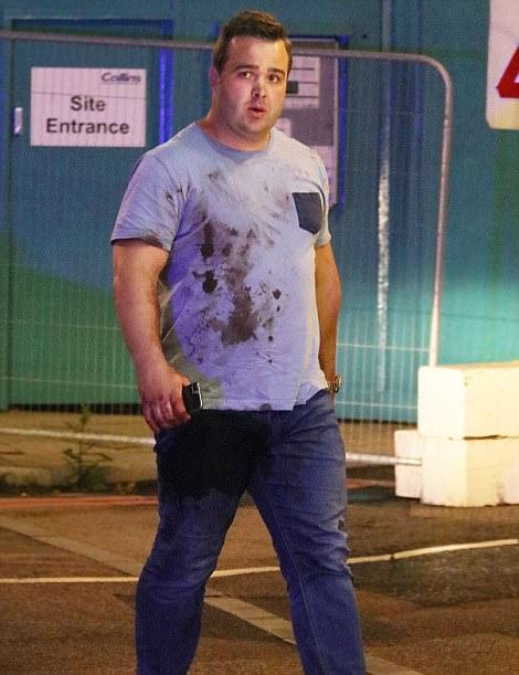 Un hombre traumatizado con una camisa manchada de sangre fue visto caminando fuera de la escena